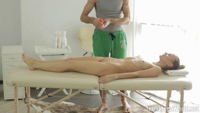 Нежный массаж закончился жарким сексом с бородачом на кушетке #4