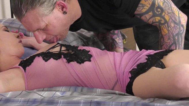Зрелый мачо лижет киску молодой девушке и жестко трахает ее раком на кровати #1