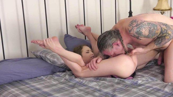 Зрелый мачо лижет киску молодой девушке и жестко трахает ее раком на кровати #5