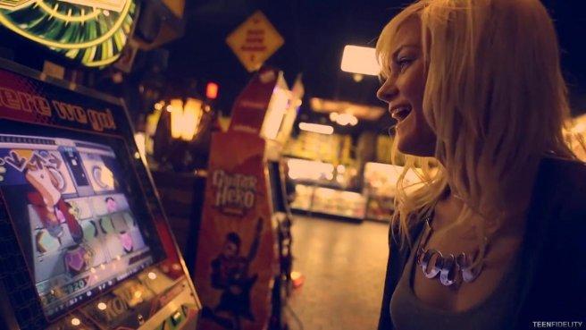 Случайное знакомство с блондинкой закончилось бурным сексом в постели #1