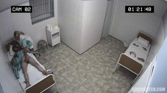 Медсестра в процедурной занимается анальным фистингом с пациенткой #4