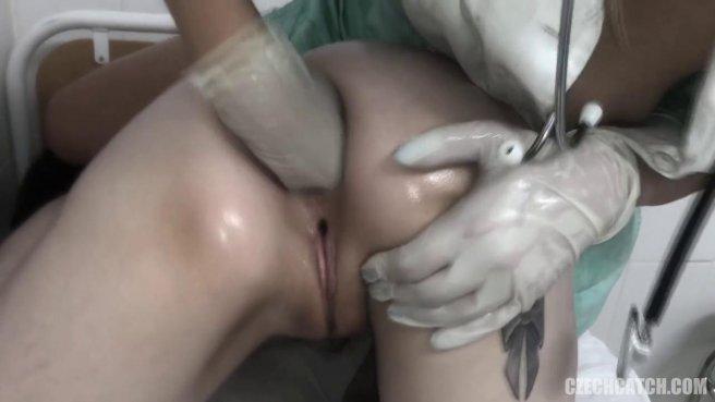 Медсестра в процедурной занимается анальным фистингом с пациенткой #8